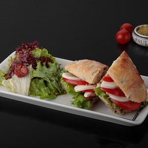 Сэндвич с томатом и моцареллой